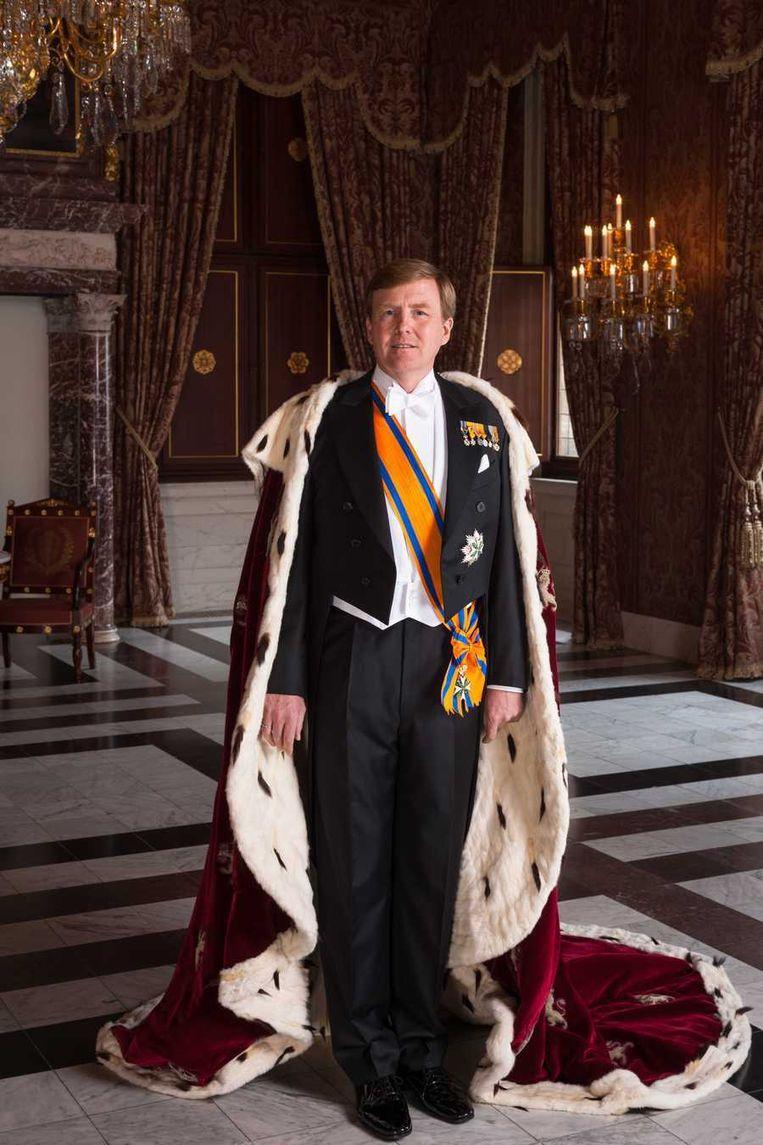 Staatsieportret van koning Willem-Alexander waarop hij de mantel draagt. Beeld Koos Breukel