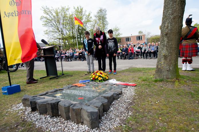 Burgemeester Petra van Wingerden-Boers heeft namens de gemeente Apeldoorn een boeket bloemen bij het monument gelegd.