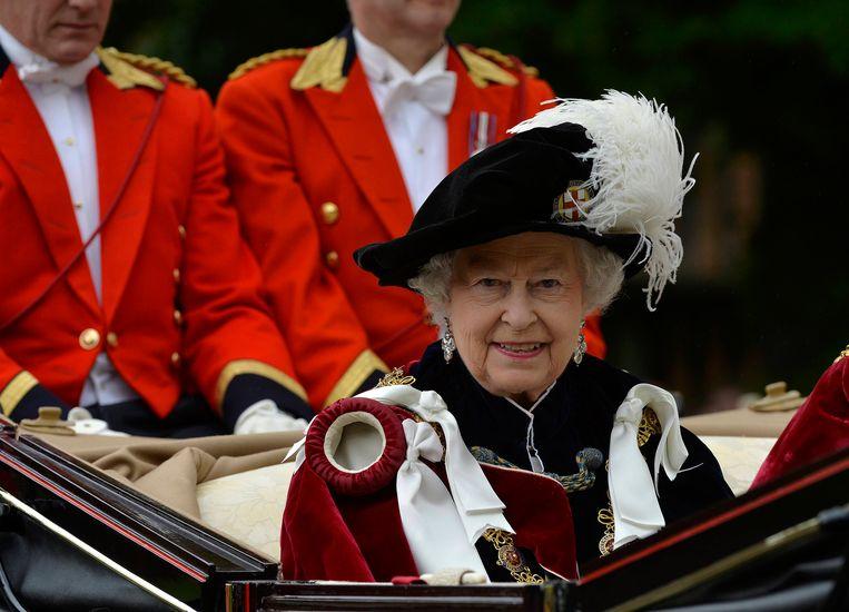 Koningin Elizabeth verlaat de jaarlijkse bijeenkomst van de Orde van de Kousenband (2014). Beeld AP