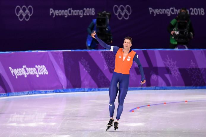Sven Kramer viert zijn titel.
