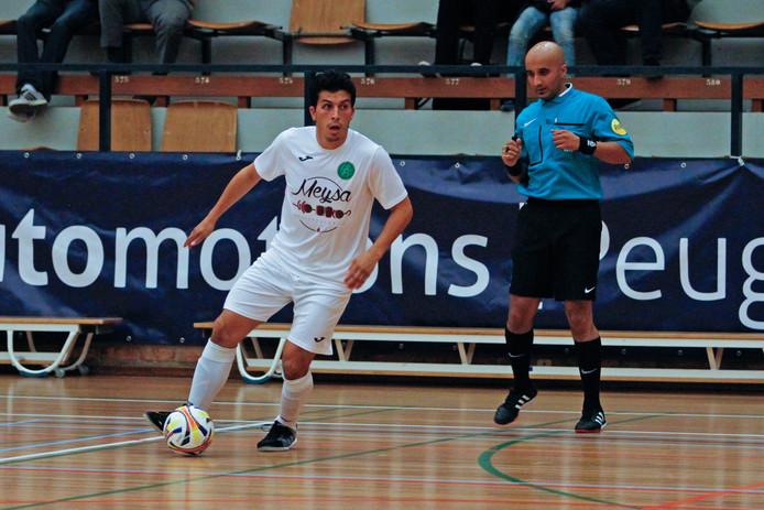 Salim Ben Sellam met de bal aan zijn voet in het tricot van Groene Ster.