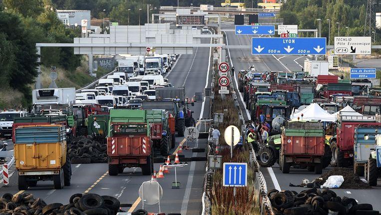 Boze Franse boeren blokkeerden alle doorgaande wegen richting de Middellandse Zee. Beeld anp