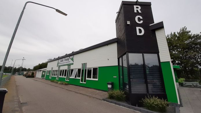 Voetbalclub RCD wil het allegaartje aan gebouwen vervangen door een gestroomlijnd clubgebouw met kleedkamers.