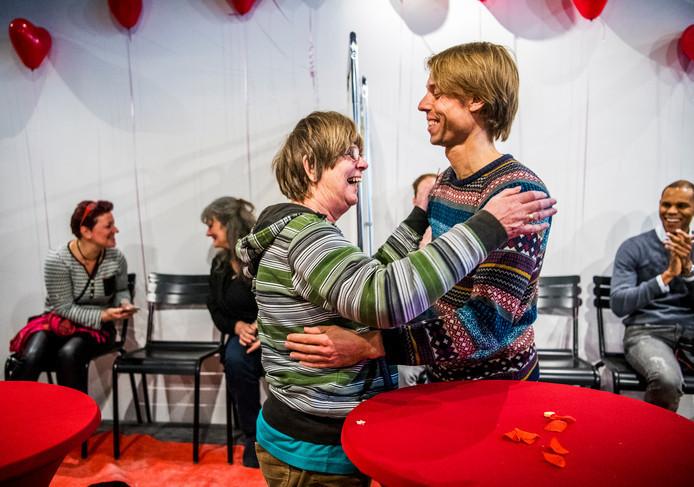 Senior en millennial hadden het maar wat gezellig op de valentijnsdate van De Nieuwe Poort in Rotterdam in 2017.