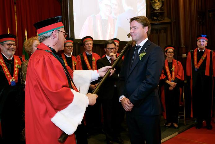 Peer Swinkels wordt geridderd in het stadhuis van Brussel.