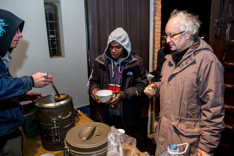 Een vertrouwd beeld: Fernand Maréchal die vluchtelingen eten geeft. Het is nog steeds dagelijkse kost.