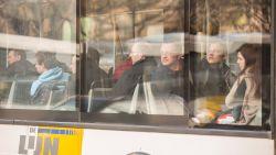 Bus slipt en belandt op treinsporen in Izegem: geen gewonden