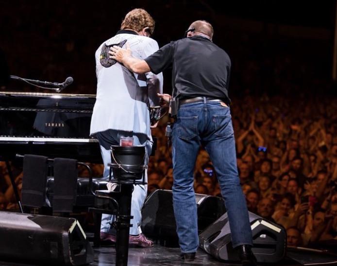Souffrant d'une pneumonie, Elton John a été contraint d'arrêter un concert à Auckland.