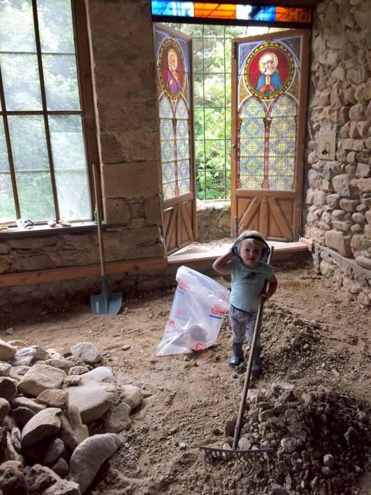 Kees en Renée doen de renovatie zo veel mogelijk zelf. De keuken en woonkamer in de appartementen waren in 2018 en 2019 klaar. De kinderen genieten van het buitenleven en de wandelingen.