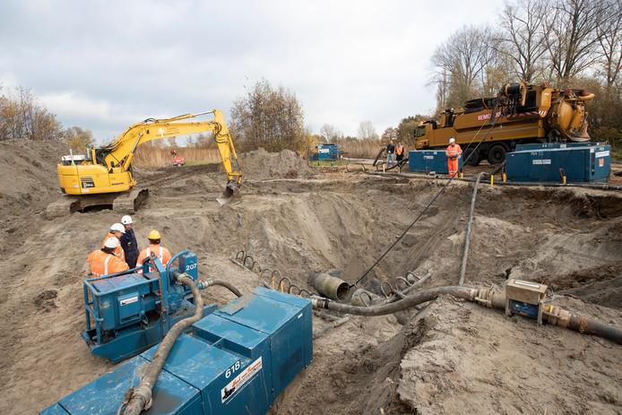 Locatie van de leidingbreuk tussen het Twentekanaal en De Berkel, medewerkers van Remondis en het Waterschap spoelen de persleiding.