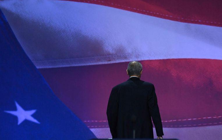 Clinton's campagneleider John Podesta verlaat het podium. Beeld anp