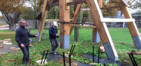 Zijn stoel staat klaar Buiten de Waterpoort, nu is het wachten op de 639 kilo zware klok