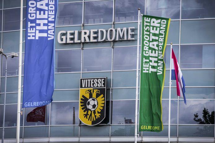 Het logo van Vitesse boven de hoofdingang van stadion GelreDome.