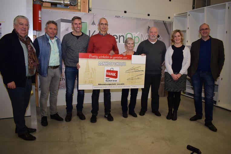 Van links naar rechts: voorzitter Oswald Vansintejan, ondervoorzitter Marc Cools, secretaris Prins Guido Daelemans, Stefan Nijsten, Rosa De Prins (animatie), Nico d'Hooghe (webmaster), schepen Marleen Van den Eynde en burgemeester Bart Seldeslachts.