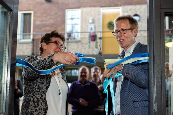 Coördinatrice Winny van der Graaf van Participatiecafé De Bunt in Putte opent deze Putse 'huiskamer' officieel door samen met wethouder Lars van der Beek van de gemeente Woensdrecht een lint door te knippen.