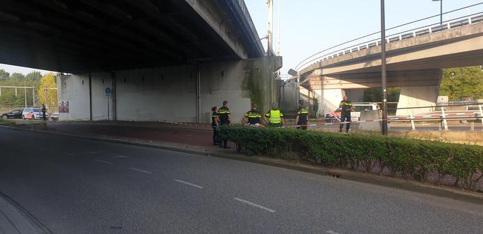 Politie op de Campusbaan onder de brug van de Graafseweg waar de zwaargewonde man is gevonden.