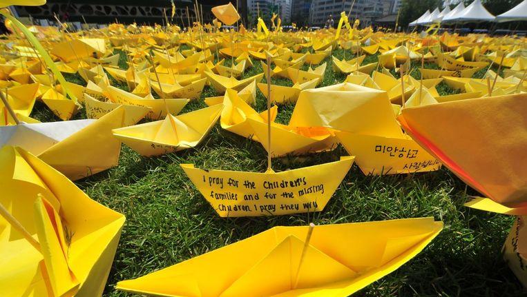 Gele bootjes met boodschappen erop geschreven vormen een groot hart ter nagedachtenis aan de slachtoffers van de ramp met de Zuid-Koreaanse veerboot Sewol.
