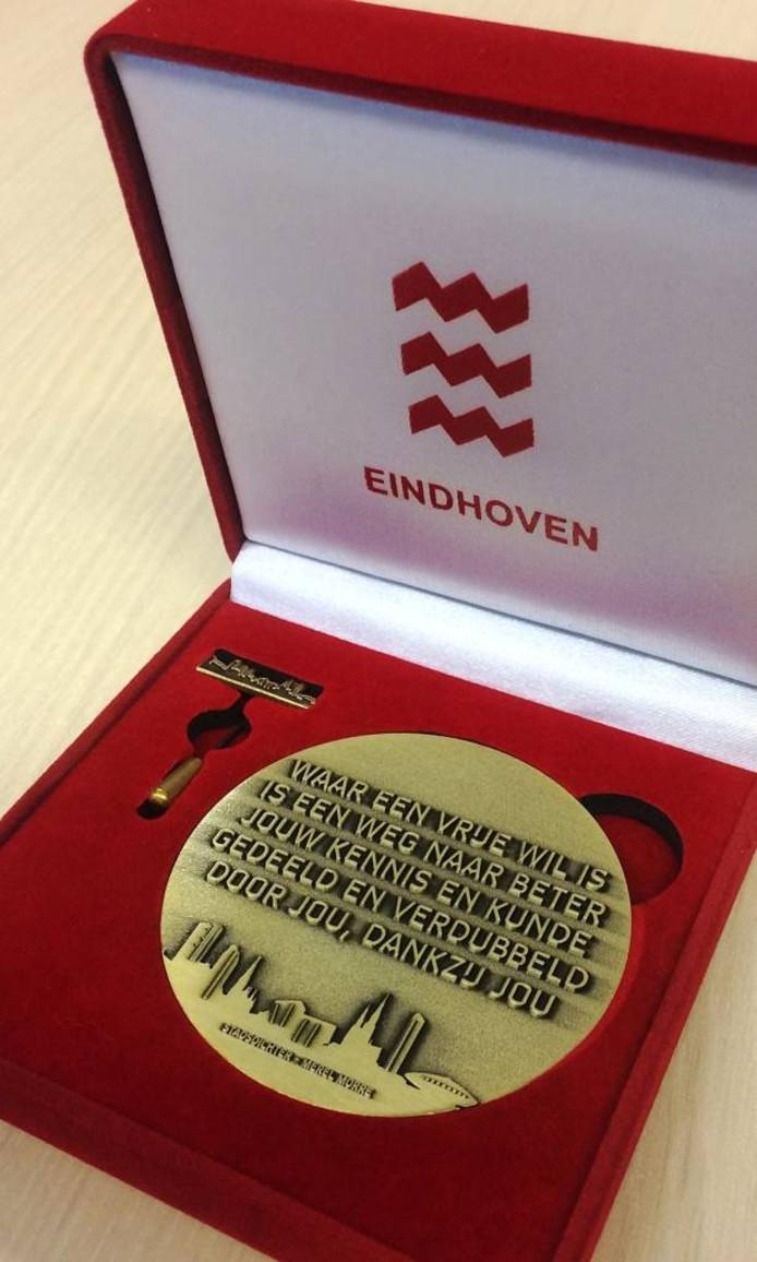 De nieuwe vrijwilligerspenning van de gemeente Eindhoven, met een gedicht van voormalig stadsdichter Merel Morre en de Eindhovense skyline.