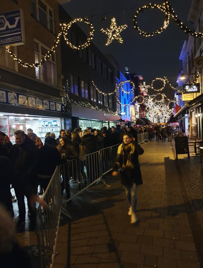 De rij om aan kaarten te komen staat even voor aanvang van de verkoop, van de Venise Bar tot voorbij de Korte Brugstraat.