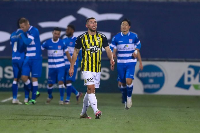 Maximilian Wittek baalt, PEC Zwolle pakt de voorsprong.