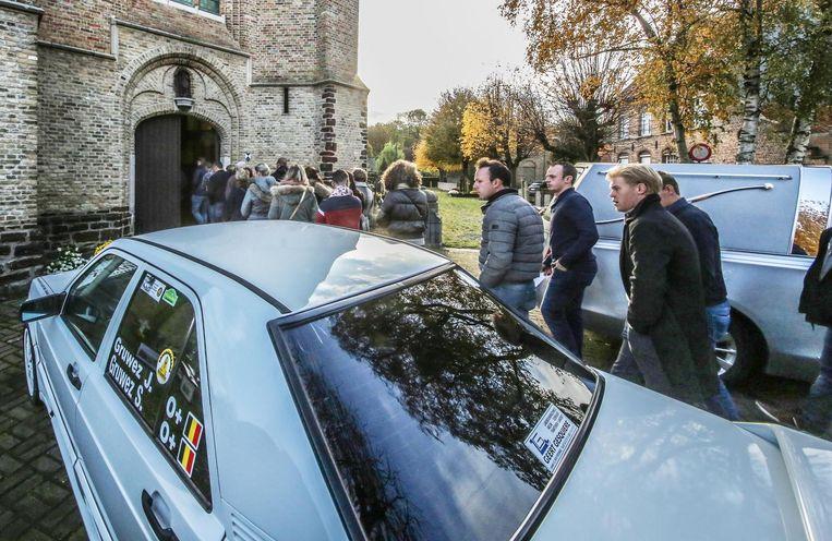 De rallywagen van Sharon en haar vader stond tijdens de dienst buiten aan de kerk geparkeerd.