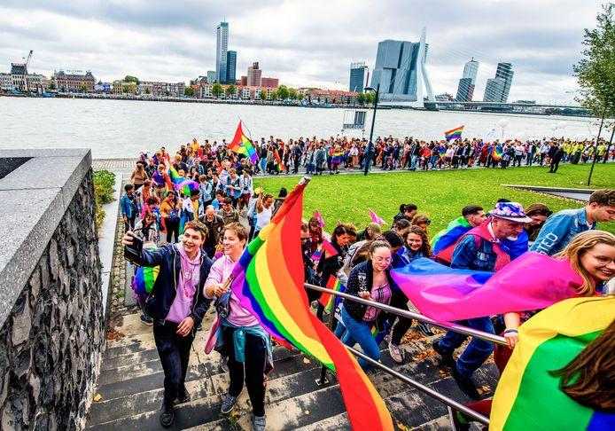 Rotterdam kleurt in alle kleuren van de regenboog tijdens de Pride Walk.