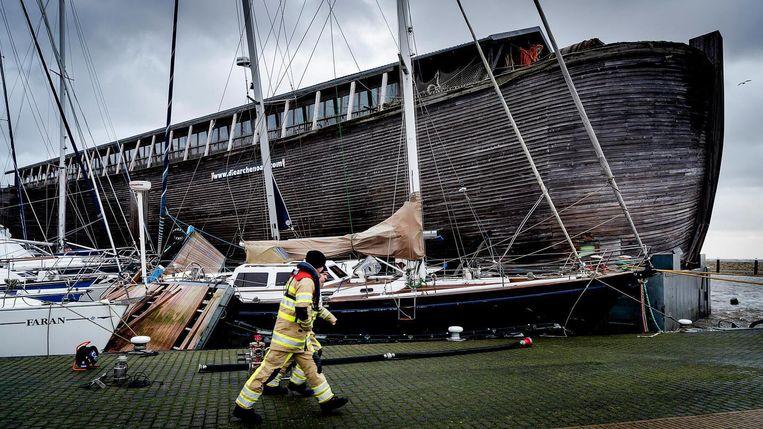 Museumboot De VerhalenArk is door de storm in de haven van Urk van zijn ligplaats losgeslagen, en heeft daarbij een aantal plezier vaartuigen beschadigd. Beeld anp