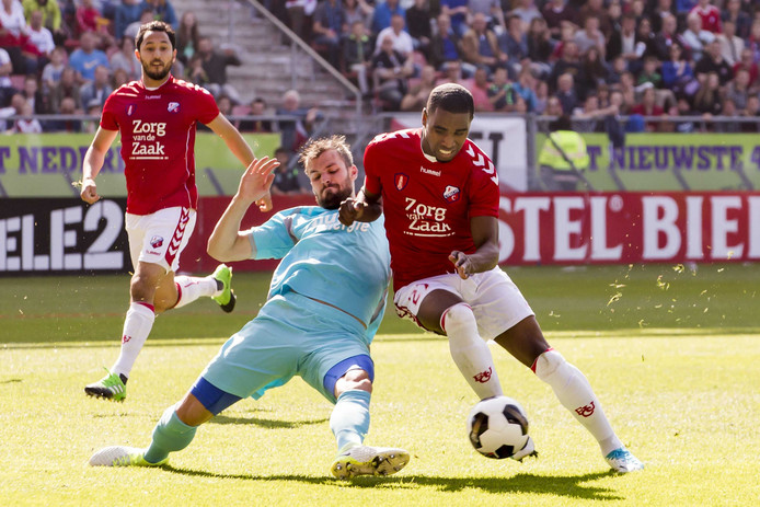 Stefan Thesker (links) van FC Twente in duel met FC Utrecht-speler Gyrano Kerk tijdens een eerdere ontmoeting tussen de twee clubs.