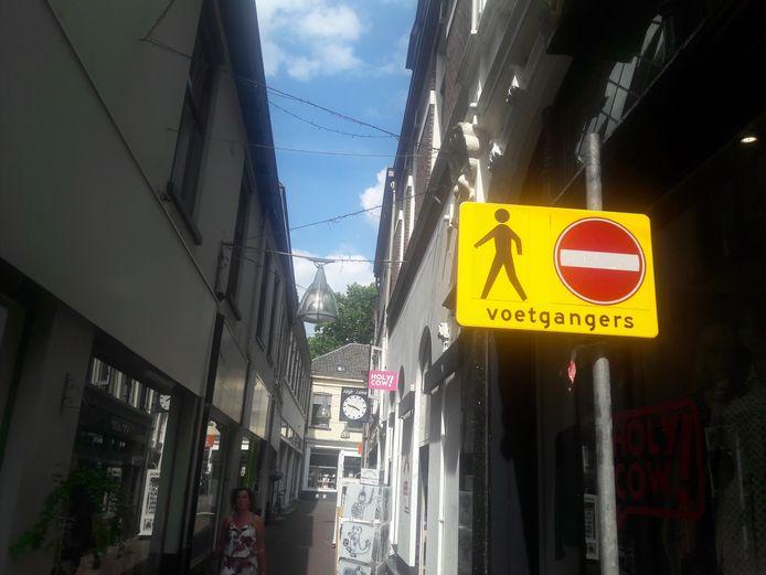 Het verbodsbord werd vanmiddag verplaatst. Het staat nu aan de kant van de Grote Overstraat, niet meer aan de kant van de Brink.