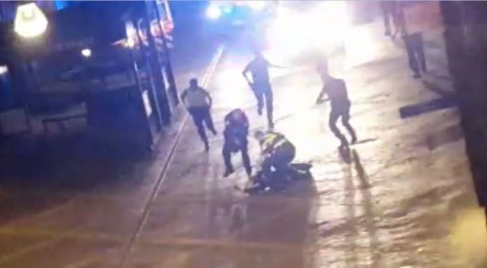 Agenten snellen naar de zojuist neergeschoten man in de Hamburgerstraat in Doetinchem.