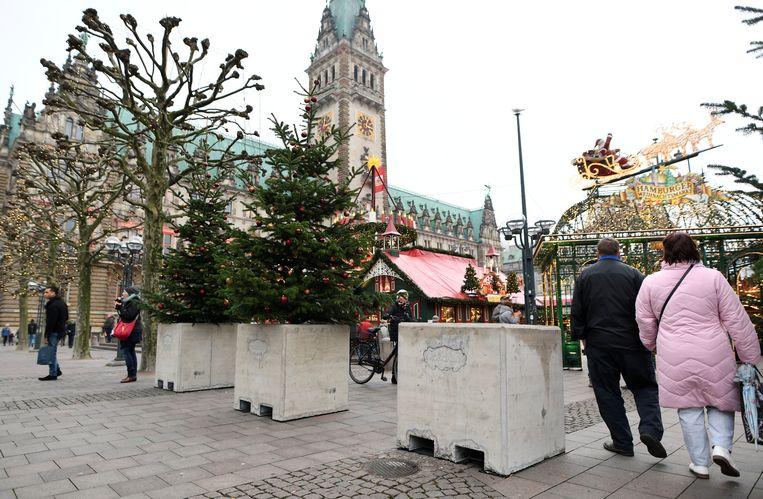 Kerstbomen in betonblokken op de kerstmarkt van Hamburg