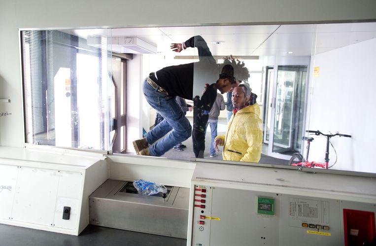 Uitgeprocedeerde asielzoekers in een gekraakt kantoorpand in Amsterdam-West. Beeld anp