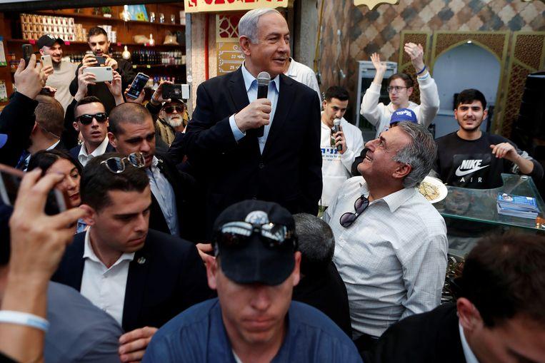 Uittreden premier Benjamin Netanyahu liet zich vandaag nog voor het publiek zin op een markt in Jeruzalem.