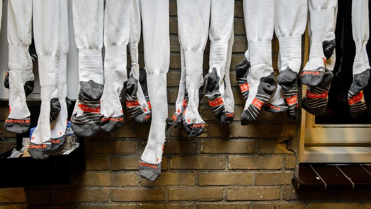Voetbalsokken hangen te drogen bij voetbalclub VVSB. De club heeft de halve finale van het KNVB-bekertoernooi bereikt. Beeld anp