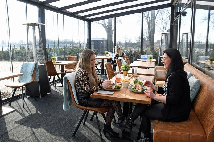 Brasserie De Kraag heeft fraaie vlonderterrassen.