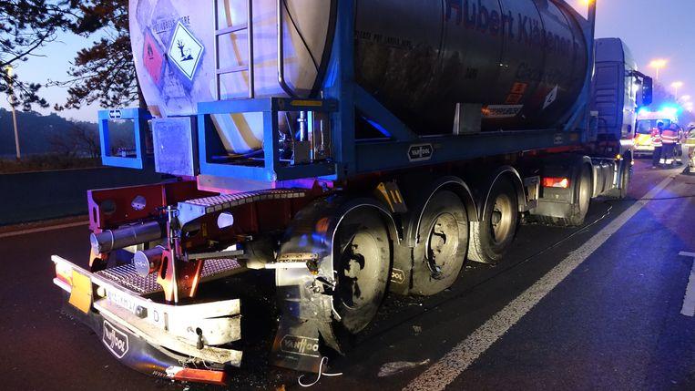 De vrachtwagen raakte achteraan beschadigd.