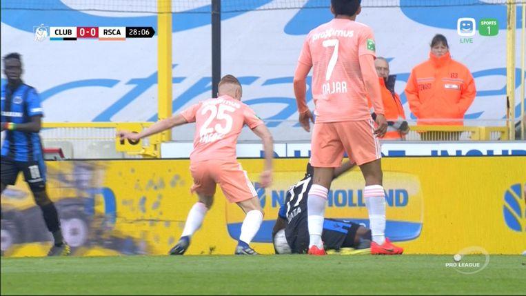 Lambrecht geeft geen strafschop. Mata kreeg de bal tegen de steunarm, maar Anderlecht krijgt dus geen strafschop op een dienblad.