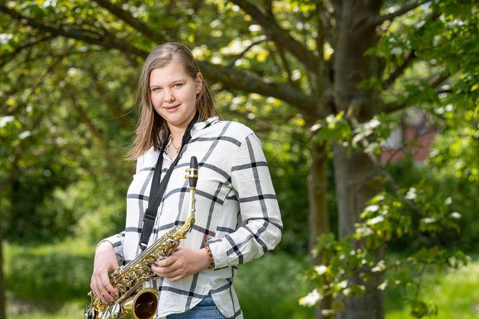 Luna Smalheer met haar sax. Met de schoolband Partypuberz stond ze, voor de coronatijd, regelmatig op het podium