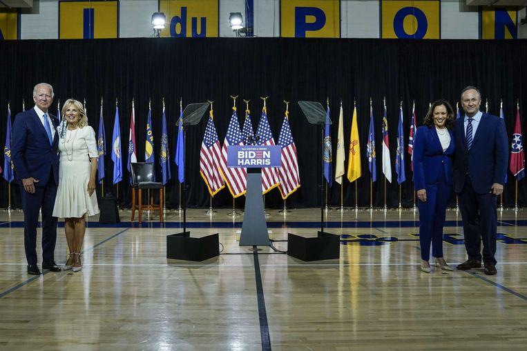 Joe Biden en zijn vrouw Jill Biden en rechts zijn running mate Kamala Harris met haar echtgenoot Douglas Emhoff.