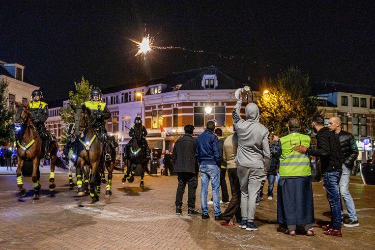 Burgemeester van Utrecht Jan van Zanen heeft een demonstratie van anti-islambeweging Pegida door de politie laten beëindigen omdat onrust was ontstaan. Tegenstanders bekogelden een handvol Pegida-aanhangers die betoogde voor een moskee in de wijk Lombok. Beeld ANP