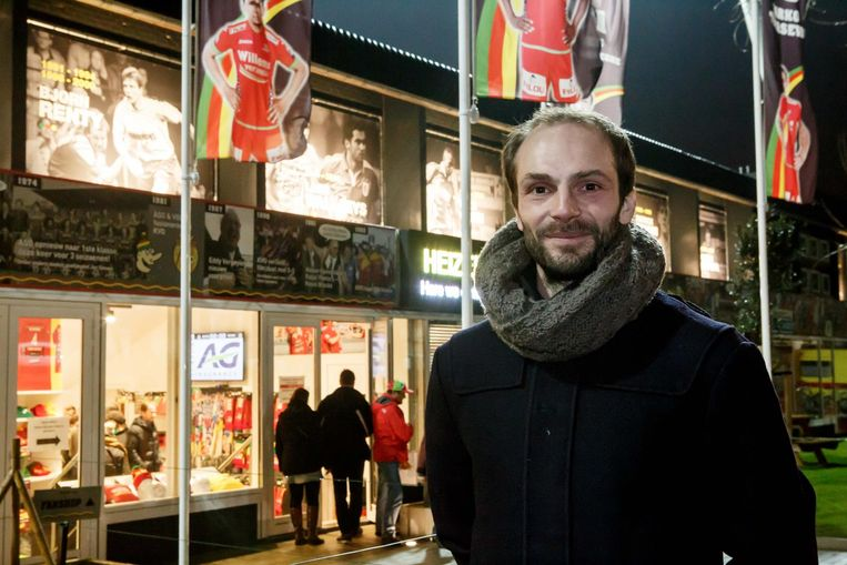 Lars Wallaeys aan de 'wall of fame' op de achterkant van de C-tribune (ook kleine foto).