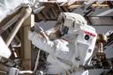 Astronaute Anne McClain bezig met het vervangen van de batterijen van het ISS.