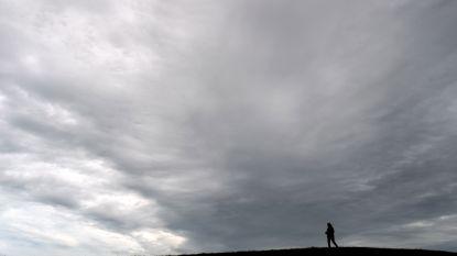 Zwaarbewolkt met lichte regen tot buien, meestal droog in het weekend