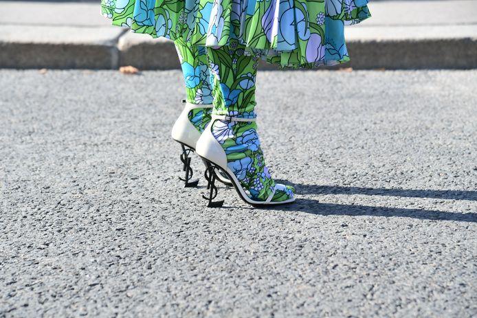 Cardi werkte haar outfit af met schoenen van Yves Saint Laurent.