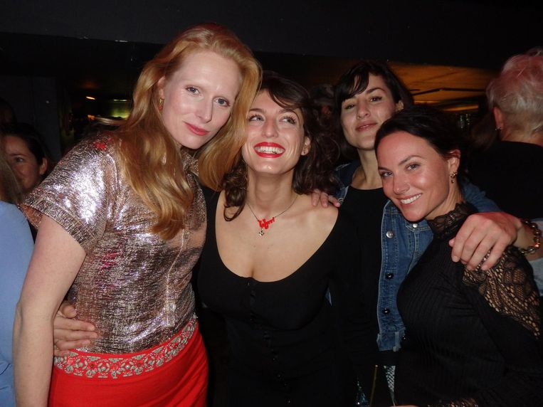 Actrice Jolanda van den Berg, 'actrice/zangeres/alles' Wynn Heliczer, Johnie Now ('Mijn beroep? ... Tandarts.') en fotograaf Charlotte Apituley Beeld Schuim