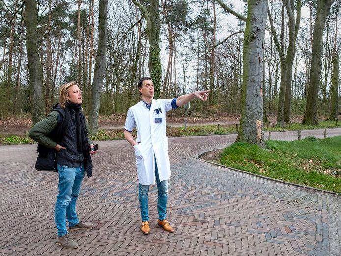 Jonah Falke (l) in gesprek met een arts van het Slingelandziekenhuis in Doetinchem, voor een serie over corona in de Achterhoek.