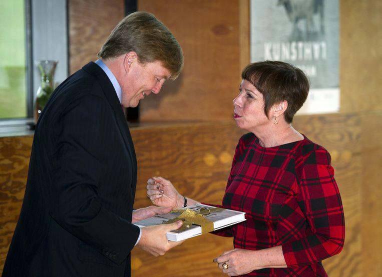 Prins Willem-Alexander ontvangt het boek Zoet&Zout uit handen van auteur Tracy Metz tijdens de opening van de gelijknamige tentoonstelling op 13 februari 2012 Beeld ANP