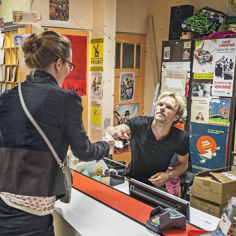 Een klant wordt geholpen door een winkelmedewerker van de Rooie Rat. Beeld Guus Dubbelman