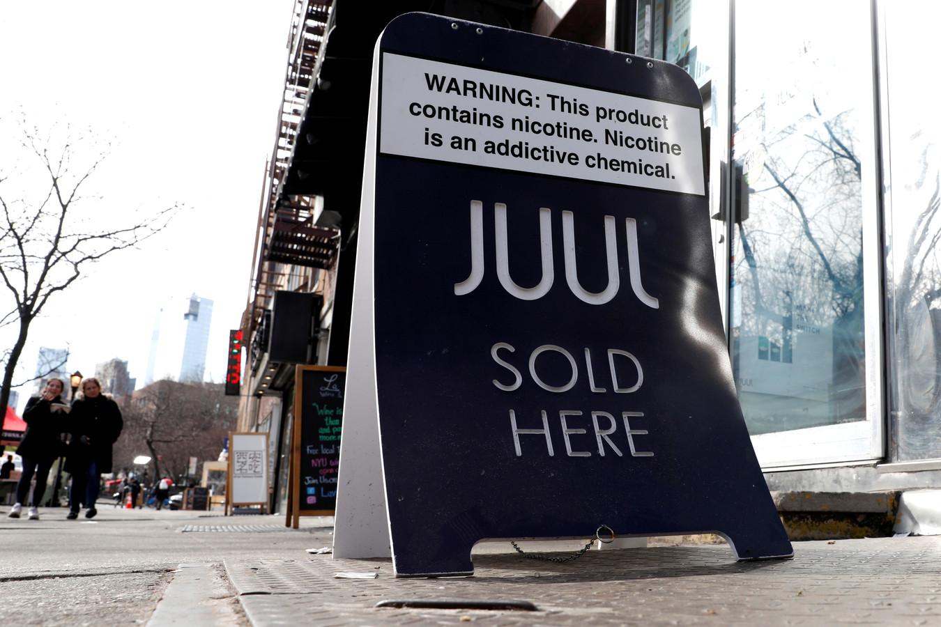 Een verkoopbord voor Juul in de New York, Verenigde Staten
