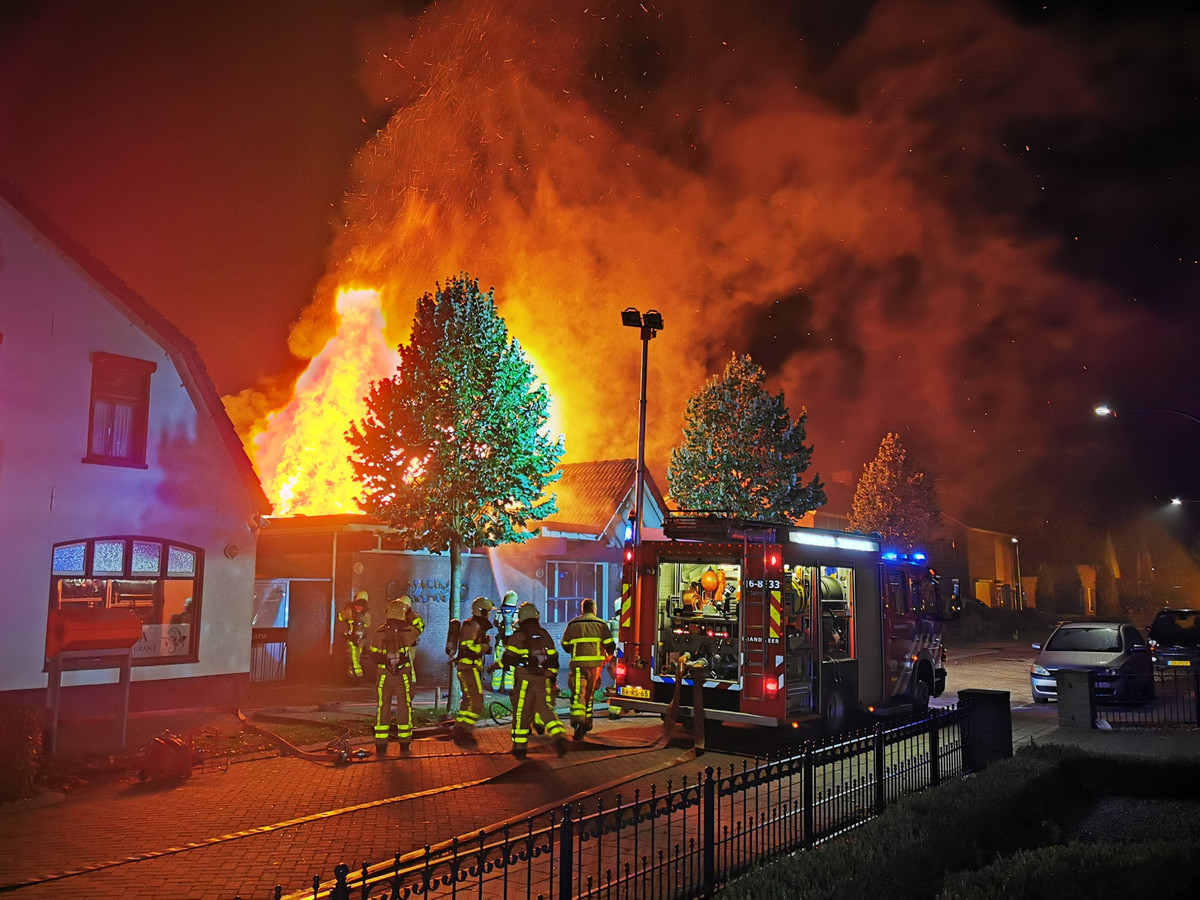 Zeer grote brand in zalencentrum Lara in Loil.
